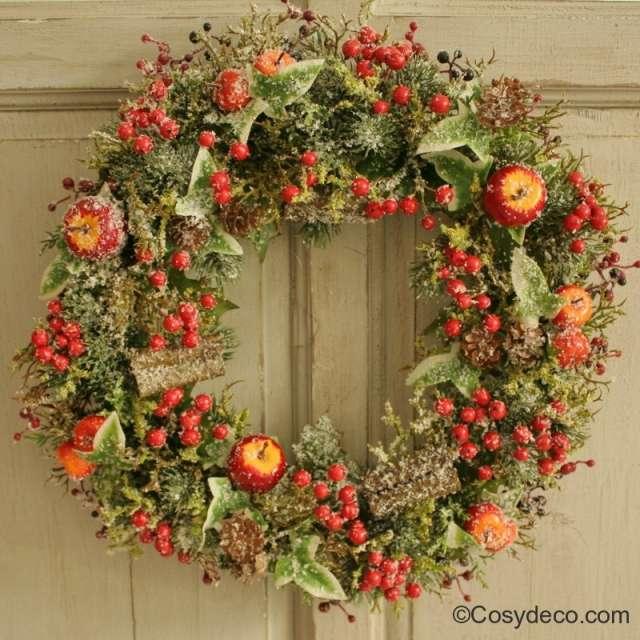 Grande couronne de porte baies rouges et pommes ambiance no l for Couronne centre de table noel