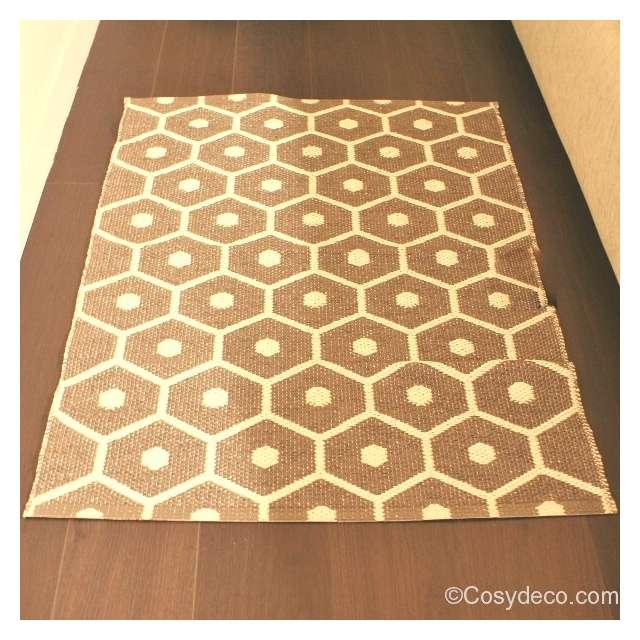 tapis plastique honey taupe de la marque pappelina chez cosy d co. Black Bedroom Furniture Sets. Home Design Ideas